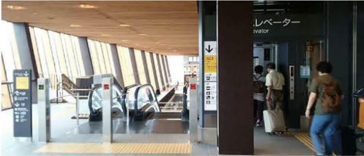 野沢温泉ライナー飯山駅での乗り場案内(2)エスカレーターもしくはエレベーターで1階へ